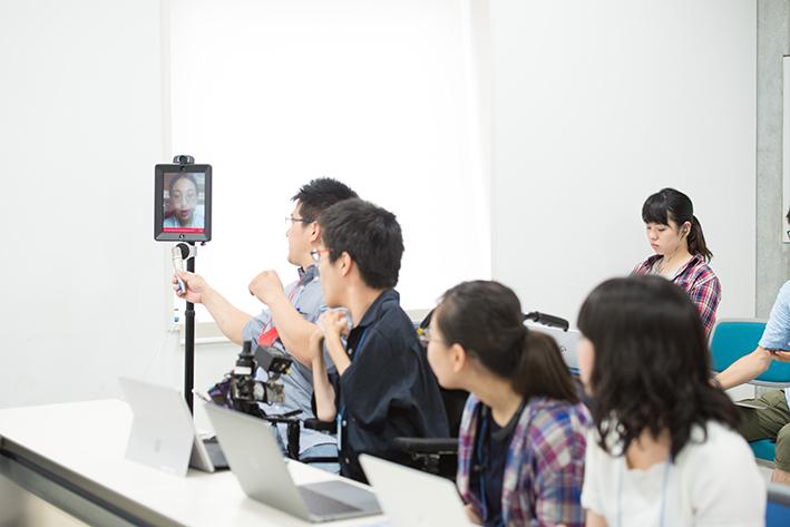 パソコンやiPadなどを使い、オンラインでミーティングに参加しているスカラーたちの様子