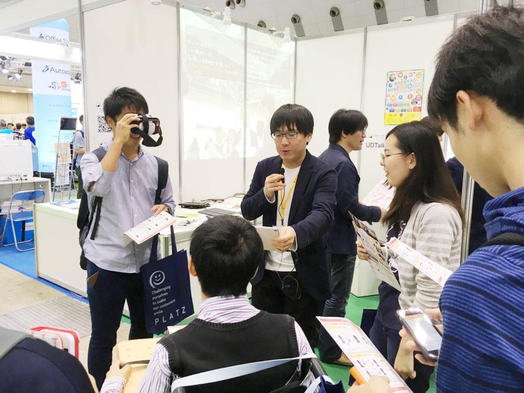 テクノロジーイベントに参加し、テクノロジーを体験しているスカラーたちの様子