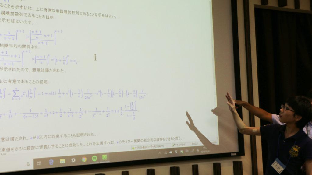 スライドを使いChattyInftyで計算した数式の答えを発表するスカラー。