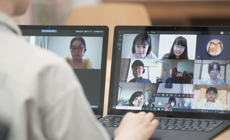 Surface、画面にはマイクロソフトチームスで会話するスカラーが写っています
